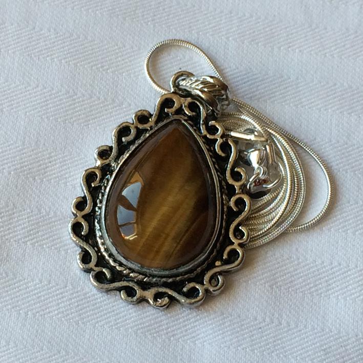 pendentif en oeil de tigre bijoux femme en pierres semi pr cieuses jade lapis lazuli amethyste. Black Bedroom Furniture Sets. Home Design Ideas
