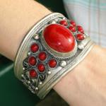 Bracelet tibétain en métal argenté large avec perles rouges