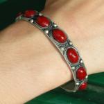 Bracelet tibétain en métal argenté fin avec perles rouges