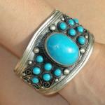 Bracelet tibétain en métal argenté et perles couleur turquoise