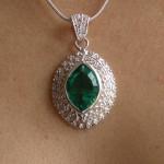 Pendentif avec cristal vert