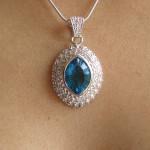 Pendentif avec cristal bleu